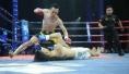 日本拳手上台被中国拳手揍的当场跪认师傅
