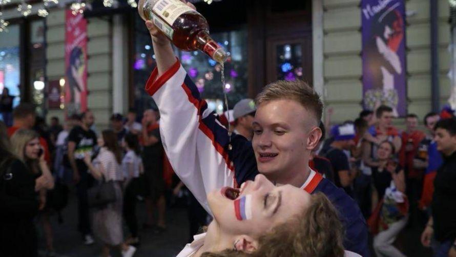 俄罗斯女球迷被高空倒酒 难怪啤酒脱销