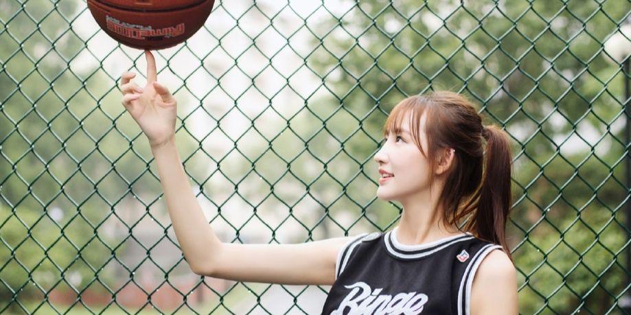 清纯篮球女孩 雨后一起约球吗?
