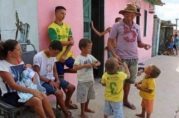 巴西女子生了一支足球队 13个儿子再拼个啦啦队?