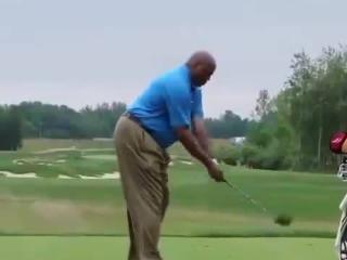 海耶斯式罚球?巴克利打高尔夫姿势也是醉了