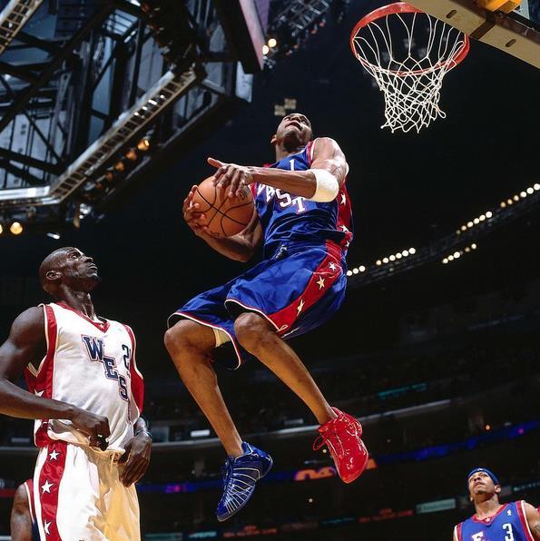 SLAM杂志晒麦迪2004年全明星身着红蓝球鞋扣