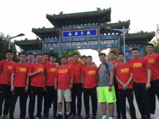 《摔跤吧,爸爸》火到中国男篮 杜锋率蓝队观看盼找回初心