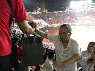 暖心!国足邀八旬球迷观赛