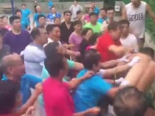 篮球场被占跳广场舞 篮球少年和大爷大妈发生冲突
