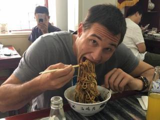 加里纳利中国行晒北京吃面照片