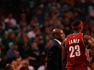 布朗谈詹姆斯:最伟大的球员之一 你得敬佩他