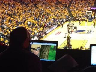 总决赛垃圾时间无聊 记者在现场看《火影忍者》