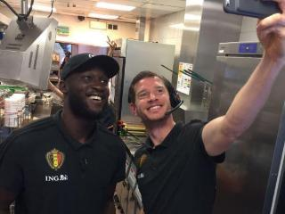 体验生活,卢卡库和维尔通亨在麦当劳打工