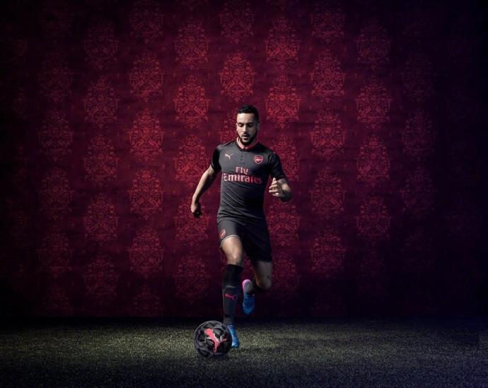 阿森纳发布新赛季第三客场球衣:黑色搭配粉红