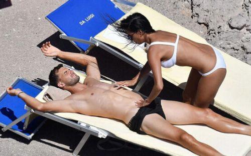 莎拉波娃前男友迪米与女友度假沙滩亲昵动作火辣女友主动上身
