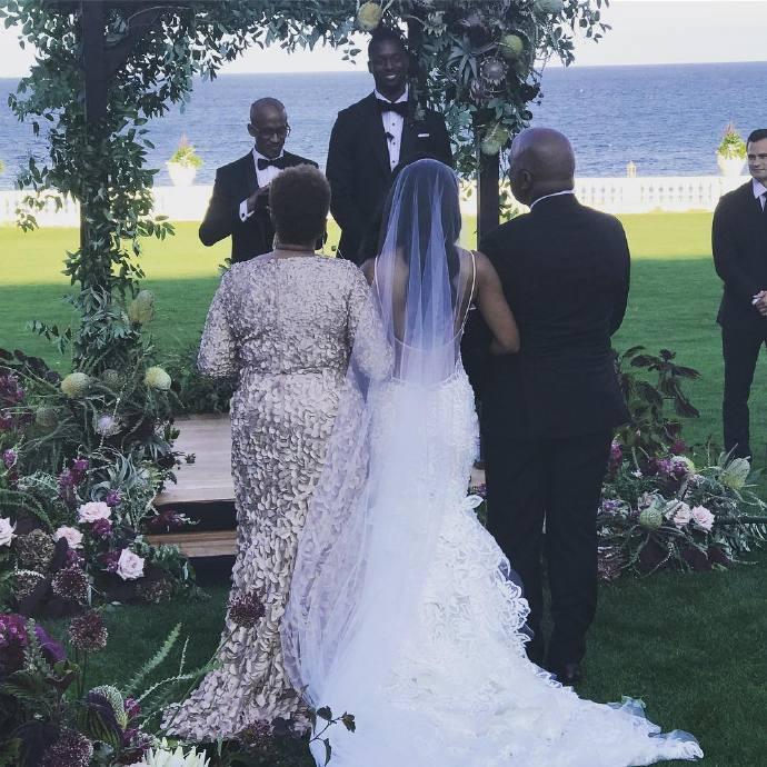 7月30日讯 小牛球星哈里森-巴恩斯当地时间今天举办了婚礼,高中好友