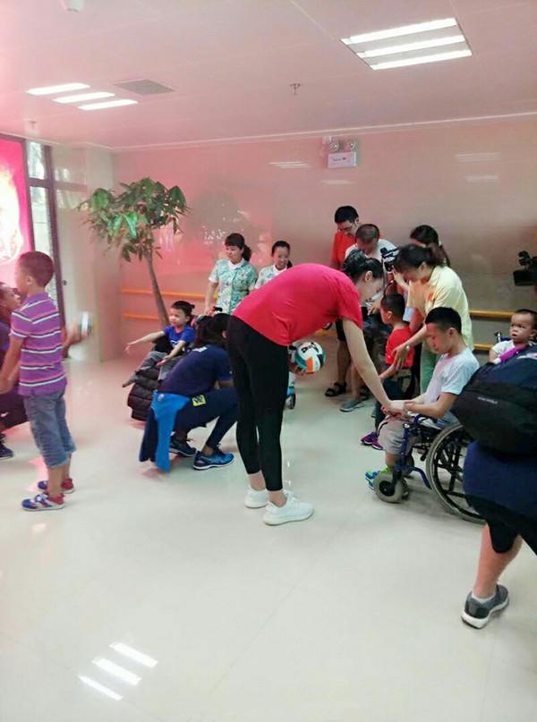 惠若琪协众排球明星走进福利院 与小朋友们暖心互动