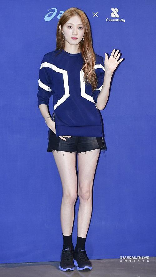 李圣經出席時尚品牌秀少女感十足大長腿搶鏡