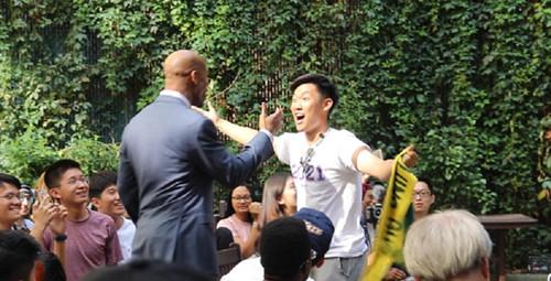 """马布里回到故乡纽约与球迷相拥并称:""""这是北京人才懂的情结"""""""