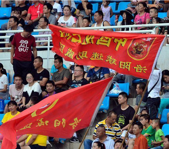 网曝河南业余足球赛大规模冲突 近百人乱作一团球迷冲下看台