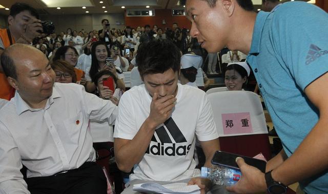 心疼!宁泽涛带病出席公益活动 咳嗽不止眼带泪光
