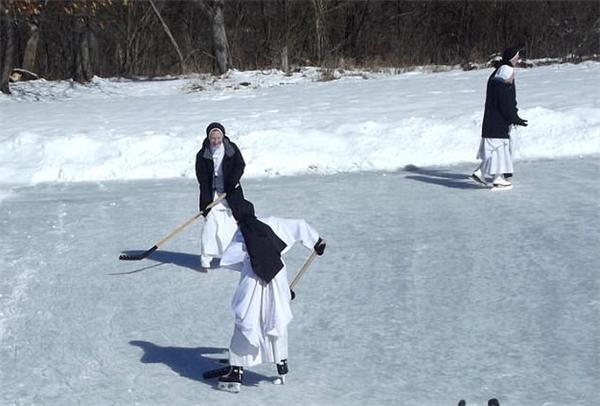 玩冰球练射击!连修女都在疯狂运动 你却宅着贴秋膘…