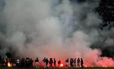 毛子球迷往场内投掷烟花 从球门后面直飞中圈险些伤人