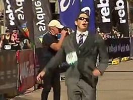 悟空皇阿玛算啥?悉尼小伙穿西装跑全马,还破了世界纪录!