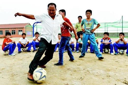 山东小学生足球队盐碱地中踢球 两根竹竿代替球门1年后斩获市冠军