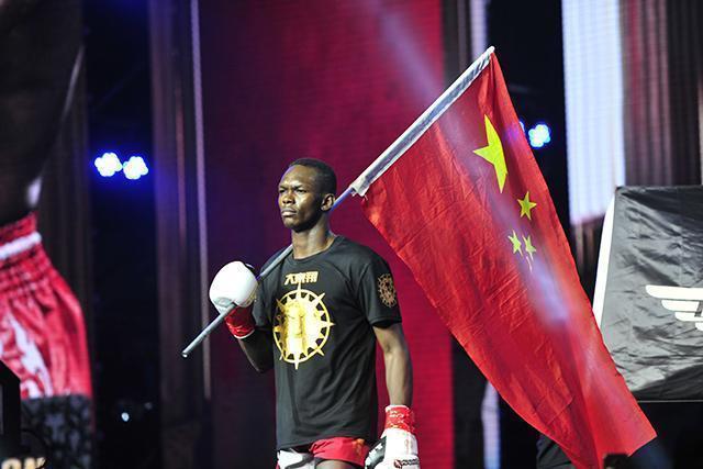 黑人拳王来中国打拳只为钱和女人,网友怒斥:放开中国女孩