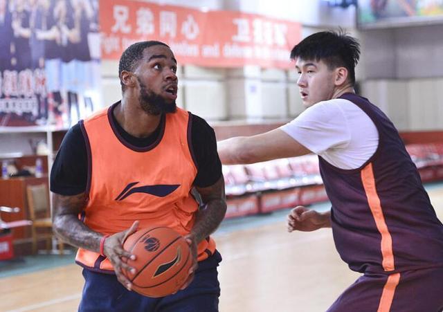 周琦队友首训出彩每场要拿篮板10+ 还未比赛已先爱上中国美食!