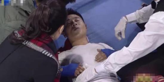 李连杰保镖挑战散打冠军  被踢断肋骨送医