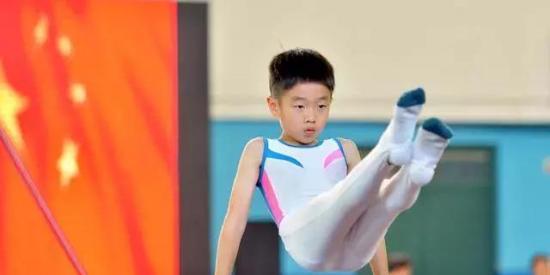 厉害了!杨阳洋首次参加体操比赛还拿了奖!然而据说他更擅长的是这个