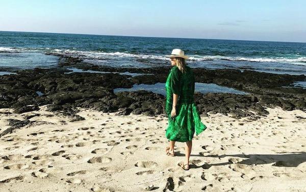莎拉波娃海滩度假晒美照 人美腿长风景好不忘健身训练