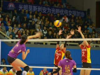 上海女排VS天津女排 激烈的津沪大战却被场边的这对母子抢去风头