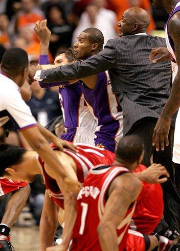 奥尼尔和姚明打架_奥尼尔和姚明打架,麦迪那眼神就像一团火!_篮球_东方体育新闻
