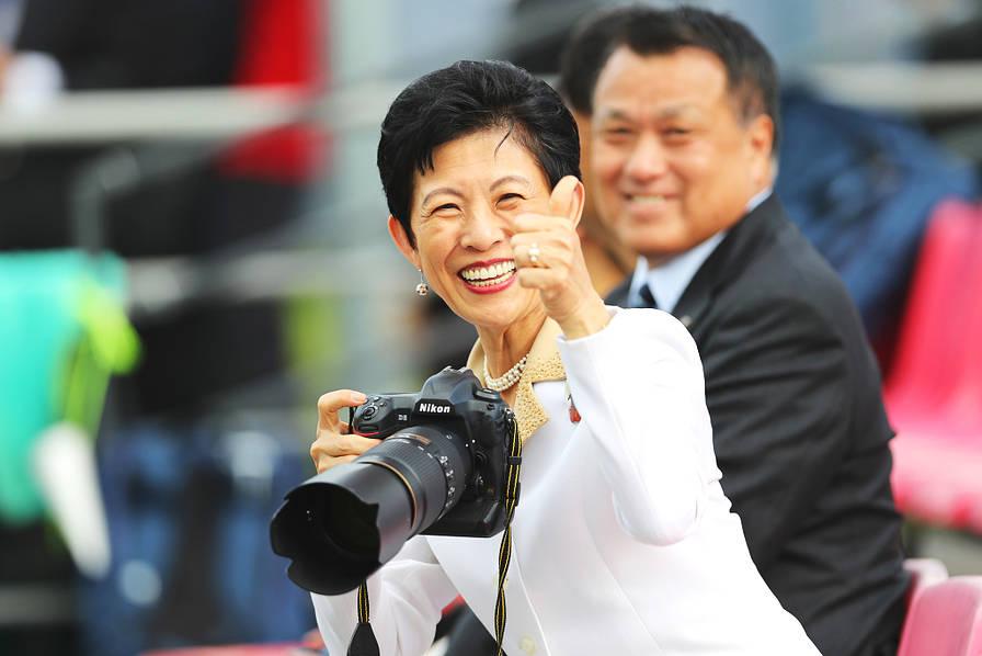 厉害了!日本队两战不败王妃久子现身观战喜笑