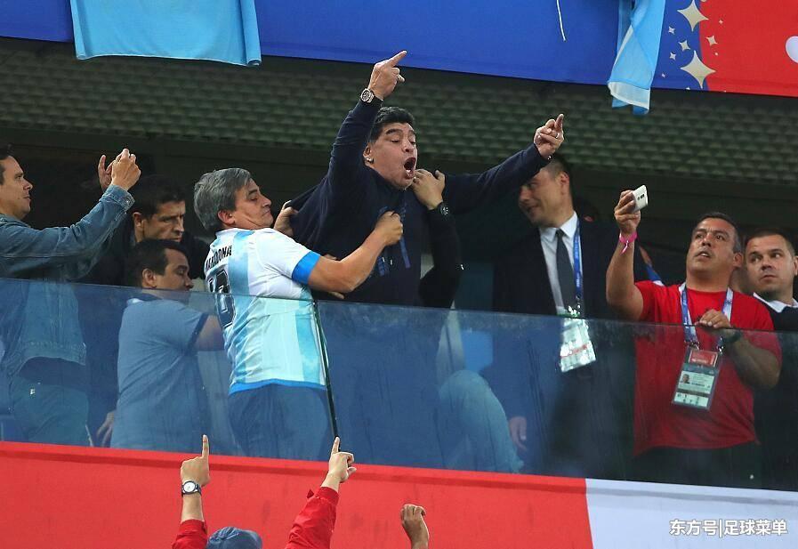 阿根廷最佳12人!马拉多纳赛中身体不适拒绝治疗,赛后晕倒送医