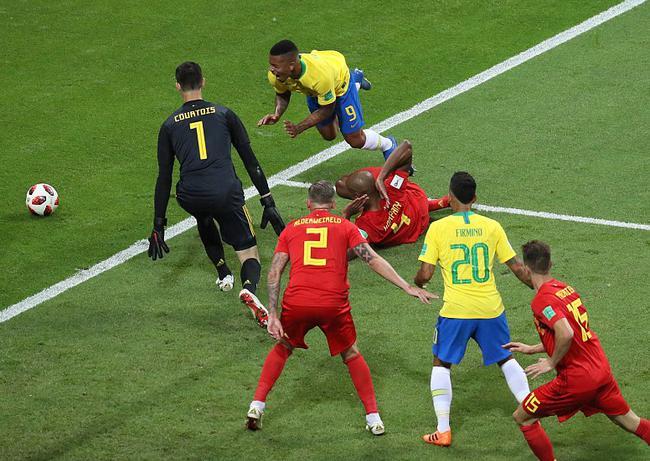 假球?巴西出局疑似裁判搞鬼,拒判点球连回放都不看,国际足联主席看台偷笑