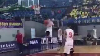 有力量!青年联赛小球员拉杆背扣砸碎篮板