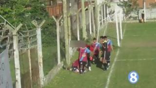 再现悲剧!阿根廷联赛球员脑袋撞到水泥墙