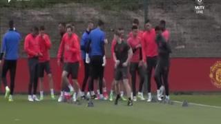 曼联备战欧联杯 赛前训练为爆炸袭击遇难者默哀