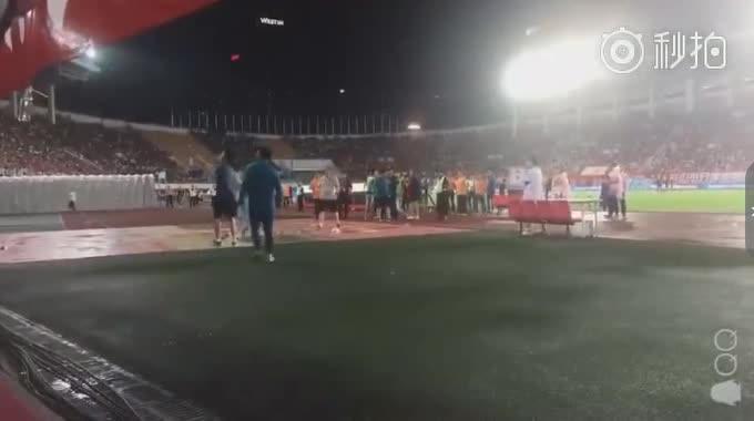 [秒拍视频] 不和谐!R马赛后被球迷水瓶击中倒地不起[较完整版]