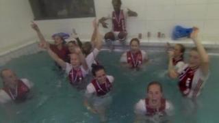 阿贾克斯女足夺冠 全队浴室泳池湿身庆祝