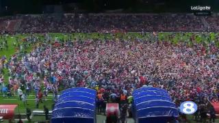升入西甲!赫罗纳球迷涌入球场疯狂庆祝