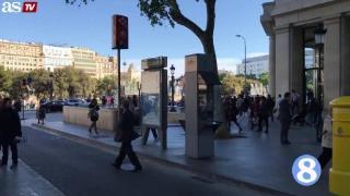 深情一吻!巴塞罗那街头惊现C罗梅西拥吻壁画