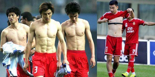 国足球员这小肚子,再看看16年前闯进世界杯的国足身材,羞愧不