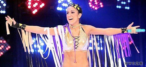 WWE顶级女星在节目中受伤 翻滚出擂台