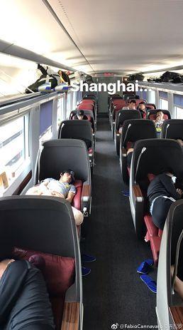 队员大巴上睡觉卡纳瓦罗搞怪抢镜:明晚可别睡着了!