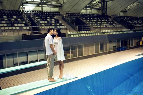 吴敏霞婚纱照曝光 泳池边热吻幸福满满