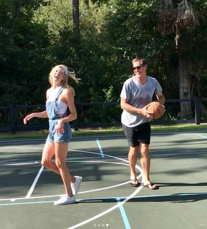 靓!霍纳塞克女儿晒打球小视频:飚进中圈远投