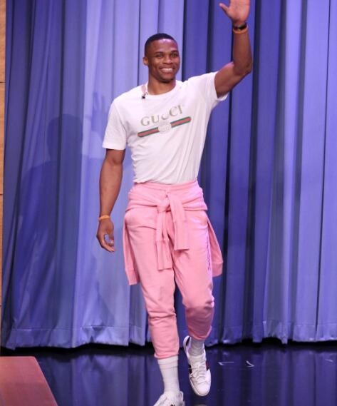 威少穿粉红裤长筒袜参加访谈节目