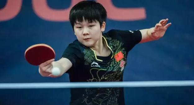 乒乓男教练掐脸狂揉国乒女小将    爱的互动还是?