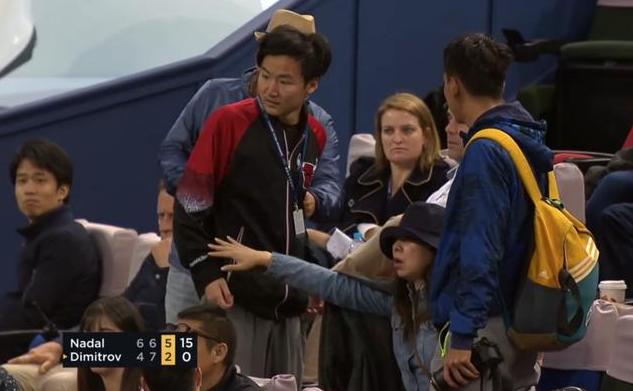 丢脸!上海大师赛两球迷抢座位大打出手 纳达尔暂停比赛怒视闹事球迷
